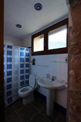 Baño bajo Casa Rural Cal Rull en Benirrama